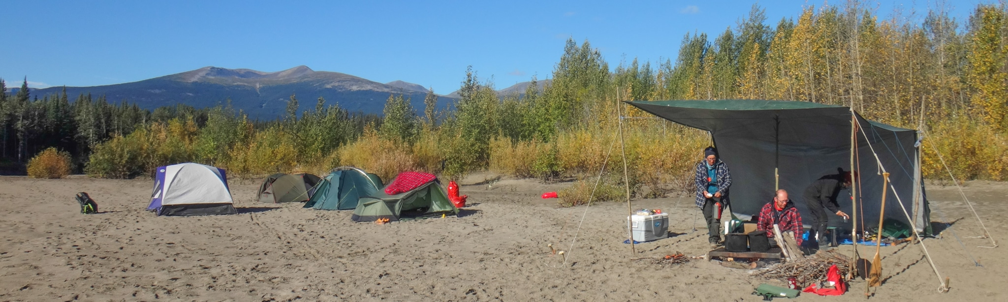 Kanutour auf dem Nisutlin River. Lagerleben auf dem Nisutlin River-Yukon