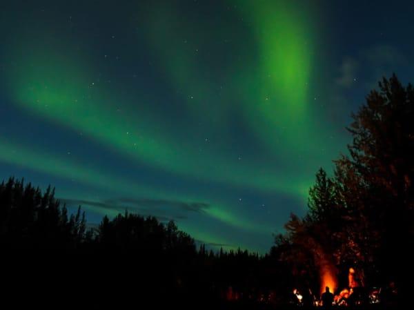 Polarlichter und Lagerfeuer