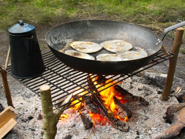 Frühstücksfladen und Kaffee am Lagerfeuer