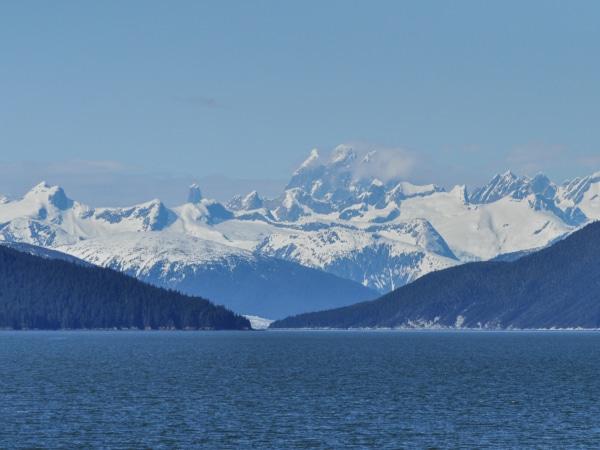 Winterlandschaft mit Gletscher vor der Küste Alaskas