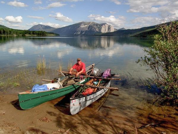 Ralph Müller mit zwei Kanus im Yukon