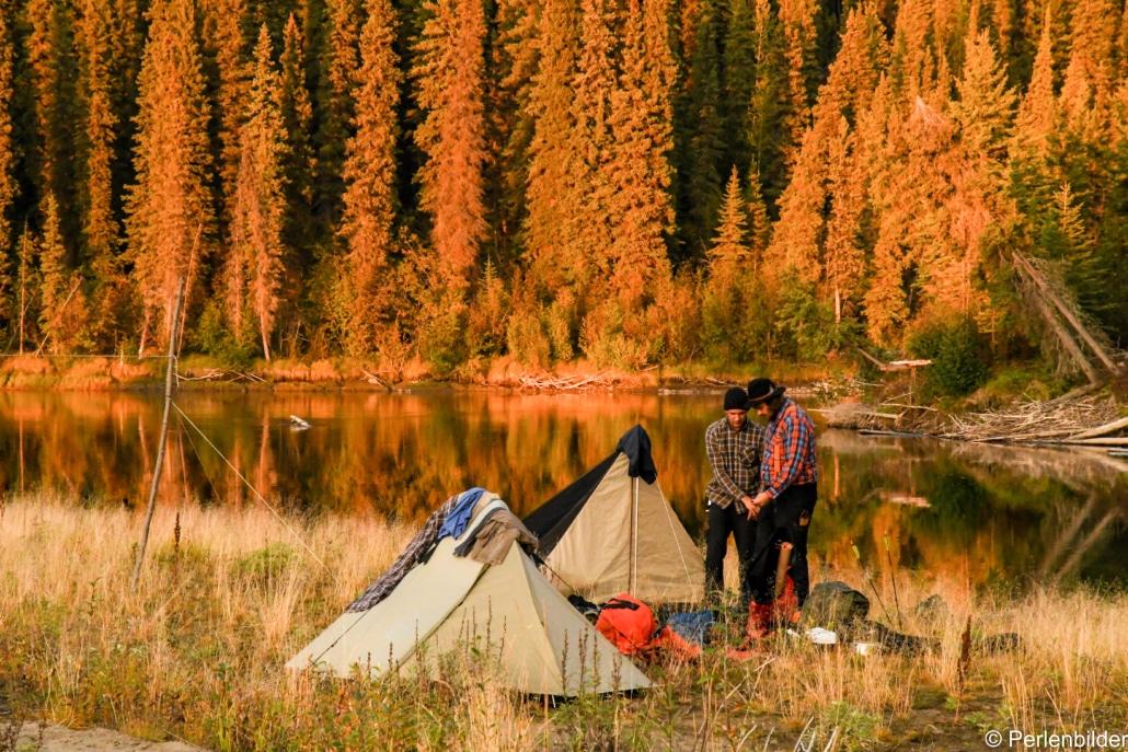 Zelten an einem Wildnisfluss im Yukon