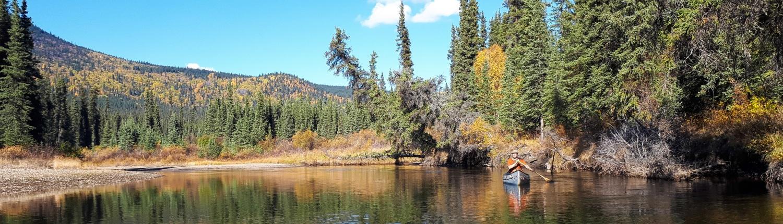 Mit dem Kanu auf einem Fluss im Yukon
